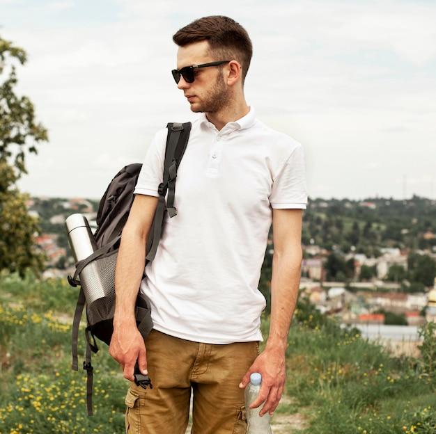 Vista frontal homem com mochila