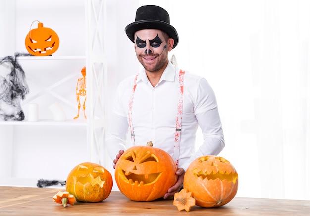Vista frontal homem com rosto pintado para o halloween