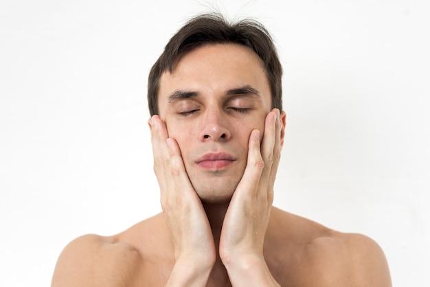 Vista frontal homem de mãos dadas no rosto