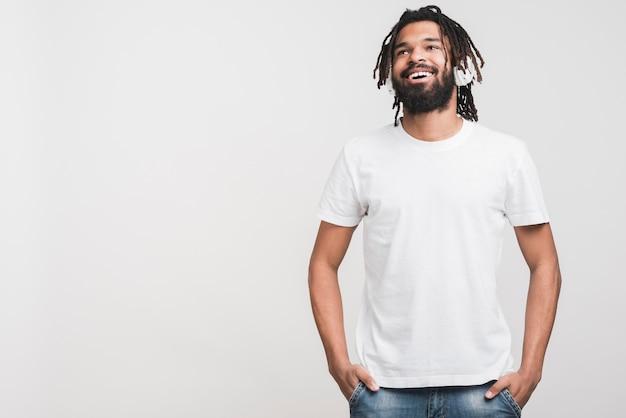 Vista frontal homem em camiseta branca