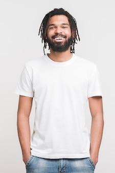 Vista frontal homem em roupas casuais
