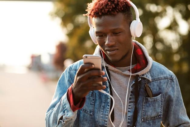 Vista frontal homem escolhendo a música para ouvir