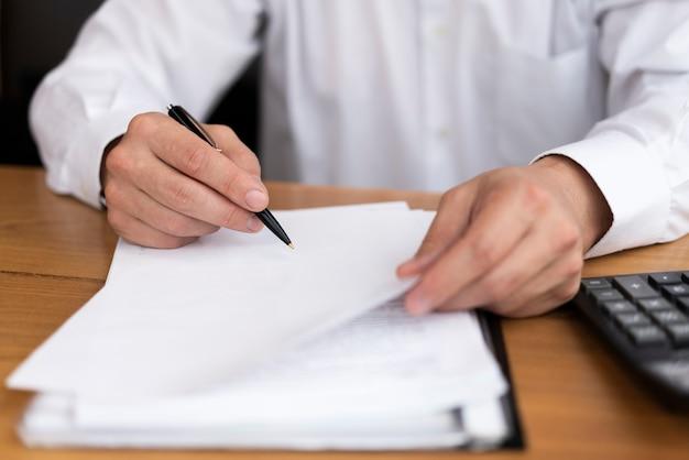 Vista frontal homem escrevendo no papel