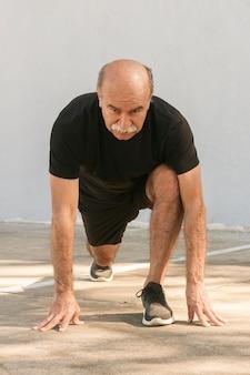 Vista frontal homem fazendo lunges