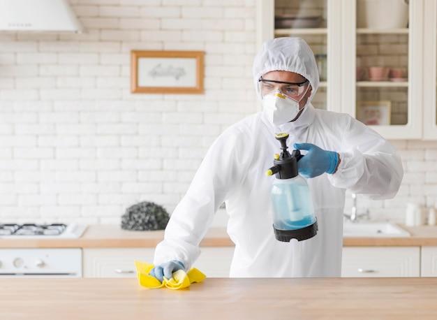 Vista frontal homem limpando a mesa de madeira