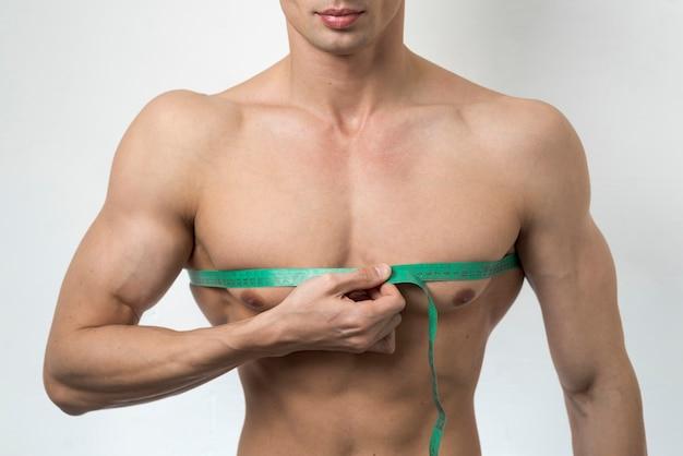 Vista frontal, homem, medindo, peito