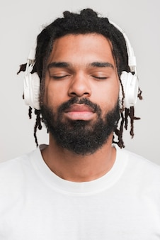Vista frontal homem ouvindo música