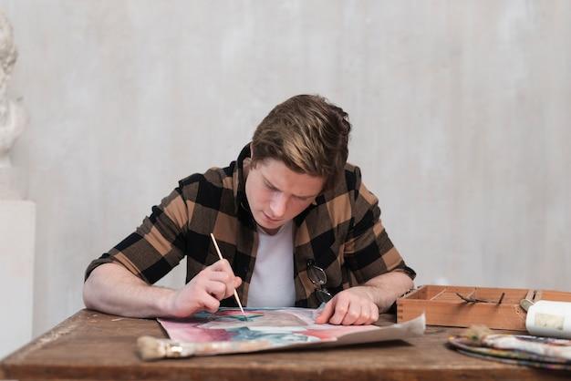 Vista frontal homem pintura em papel