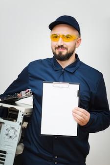 Vista frontal homem reparando um computador