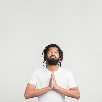 Vista frontal homem rezando
