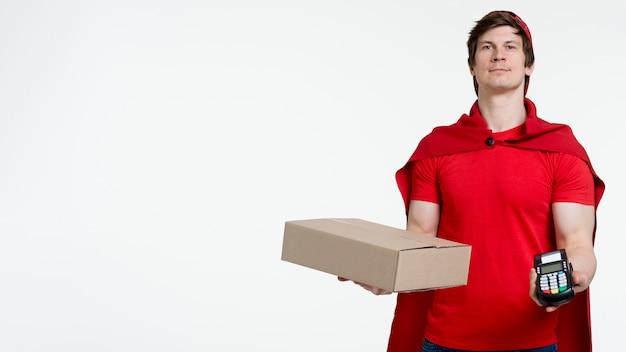 Vista frontal homem segurando a caixa