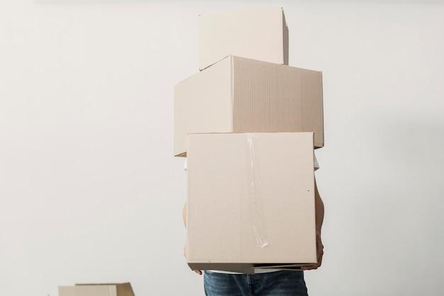 Vista frontal homem segurando caixas de papelão