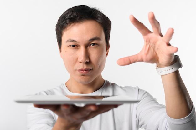 Vista frontal homem segurando o tablet