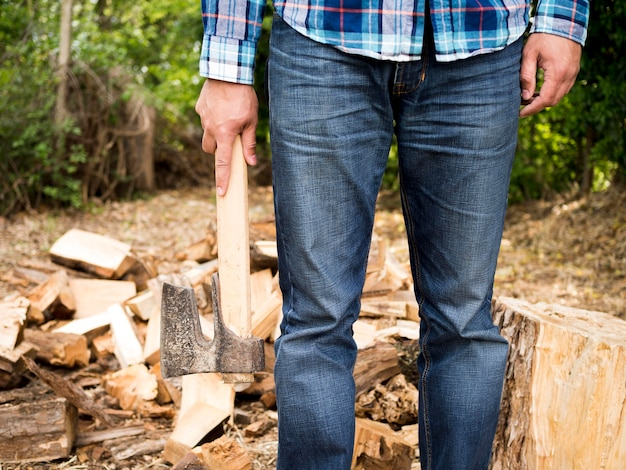 Vista frontal homem segurando um machado