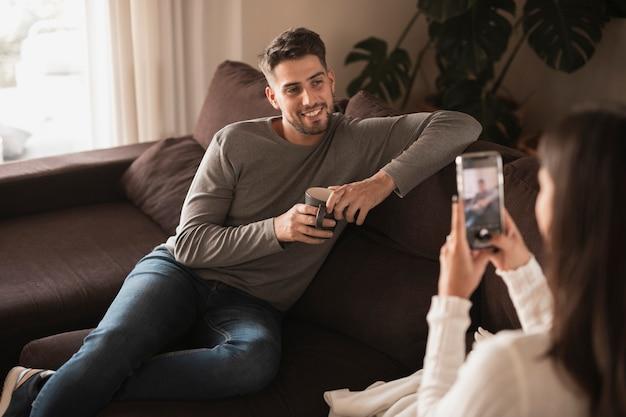 Vista frontal homem sentado para sessão de fotos