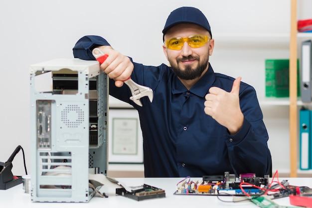 Vista frontal homem solução de problemas de um computador