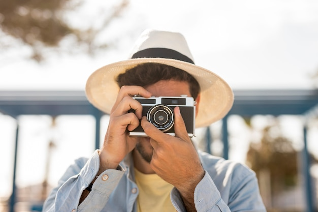 Vista frontal homem tirando fotos