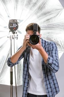 Vista frontal homem tirando uma foto