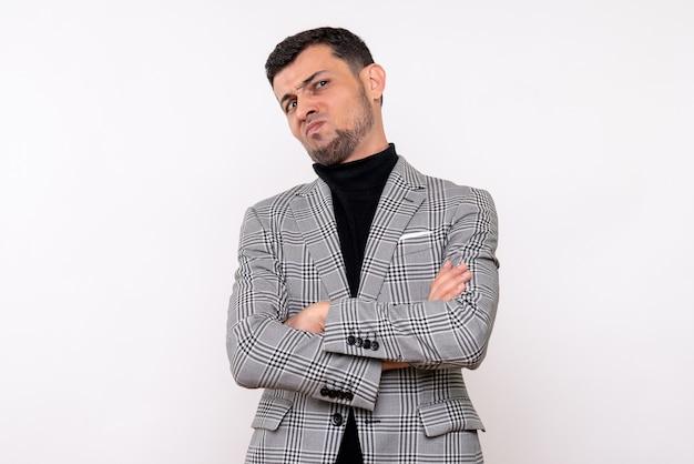 Vista frontal insatisfeito homem bonito em terno de pé sobre fundo branco