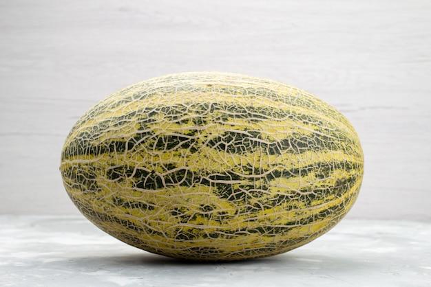 Vista frontal inteiro melão maduro e doce em branco