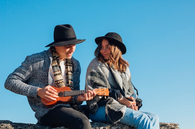 Vista frontal jovem casal ao ar livre