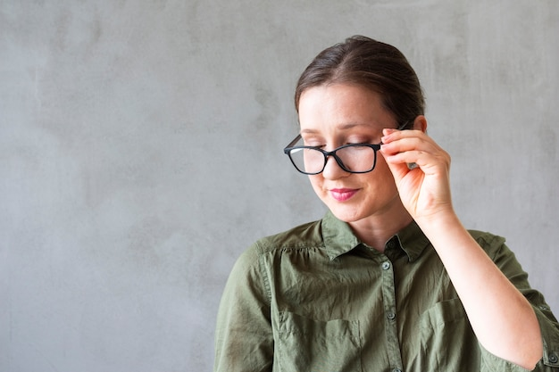 Vista frontal jovem de óculos