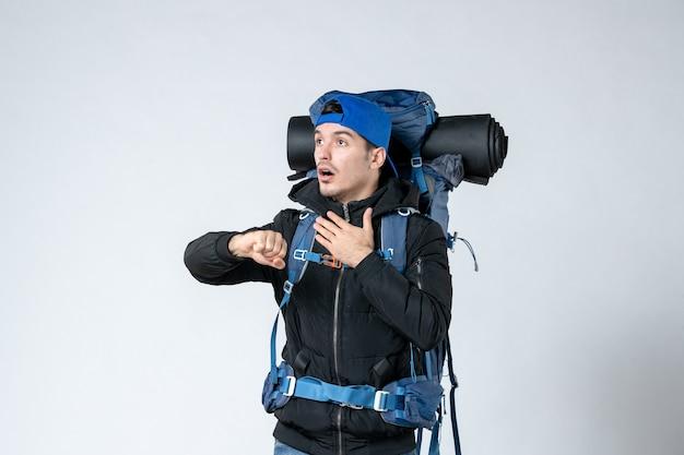 Vista frontal jovem do sexo masculino com mochila indo em caminhadas em fundo branco tenda céu ar natureza campanha altura montanhas florestais