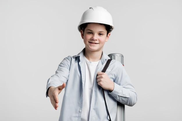 Vista frontal jovem engenheiro segurando a mão