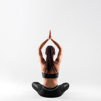 Vista frontal jovem fêmea em pose de ioga