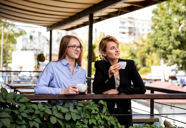 Vista frontal jovem fêmea na pausa para o café