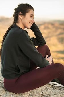 Vista frontal jovem fêmea no intervalo depois da ioga