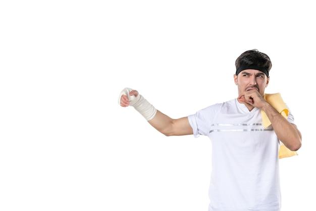 Vista frontal jovem homem com curativo na mão machucada no fundo branco dieta esporte dor estilo de vida lesão corporal ajuste atleta hospital