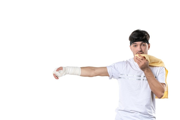 Vista frontal jovem homem com curativo na mão machucada no fundo branco dieta esporte dor lesão corporal ajuste atleta ginásio hospital