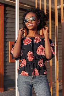Vista frontal jovem mulher africana sorrindo