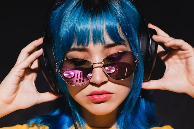 Vista frontal jovem mulher dj mistura