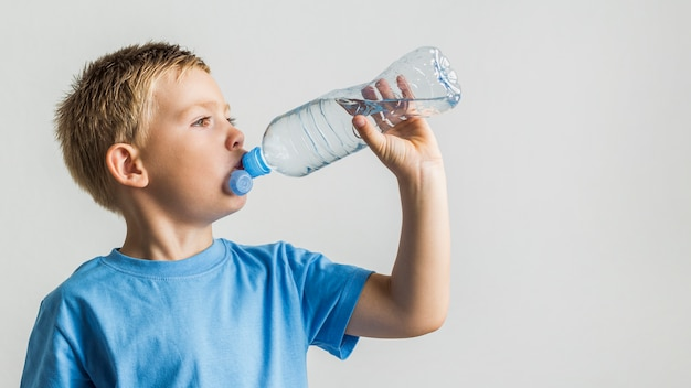 Vista frontal jovem rapaz água potável