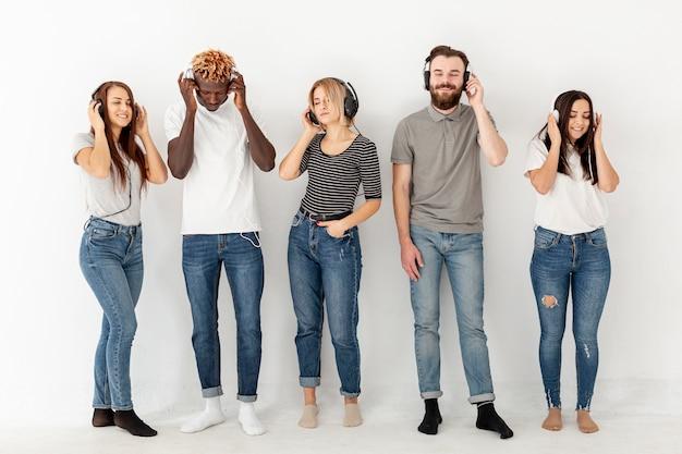 Vista frontal jovens com fones de ouvido