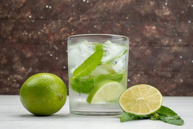 Vista frontal, limão azedo fresco com limão bebe a luz frutas cítricas suco tropical