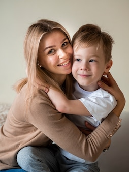 Vista frontal linda mãe posando com filho