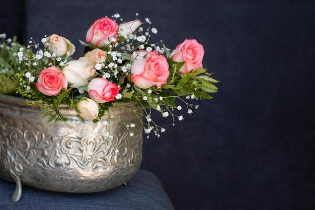 Vista frontal lindo buquê de rosas