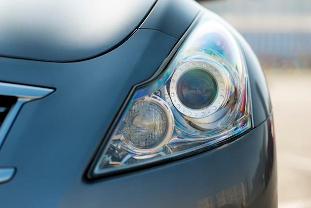 Vista frontal luzes de um carro novo