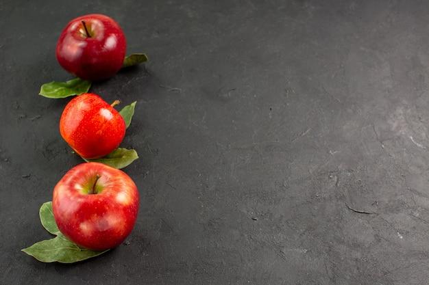 Vista frontal, maçãs frescas, frutas maduras na mesa escura, árvores, frutas maduras, vermelhas frescas