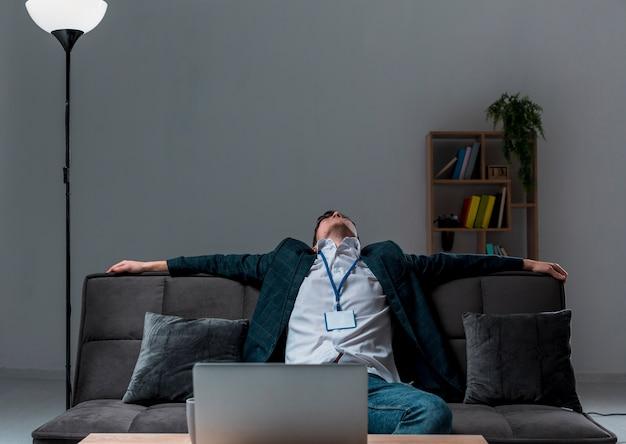 Vista frontal macho adulto cansado de trabalhar em casa