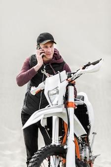 Vista frontal macho adulto pedindo ajuda para consertar moto