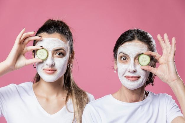 Vista frontal mãe e filha com máscara facial