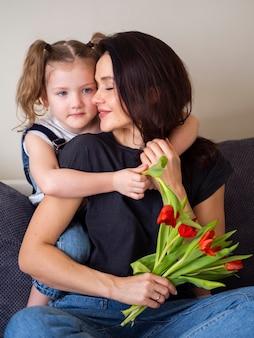 Vista frontal mãe e filha posando juntos