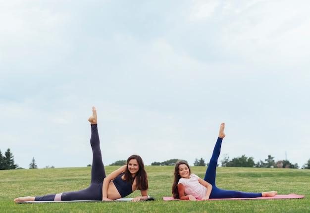 Vista frontal, mãe filha, exercitar, ao ar livre