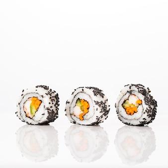 Vista frontal maki sushi rolos com sementes de gergelim