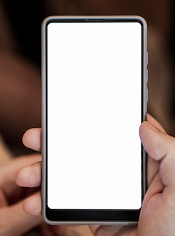 Vista frontal mão segurando o modelo de telefone