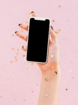 Vista frontal mão segurando um telefone móvel